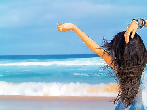 波打ち際右に髪の長い女性