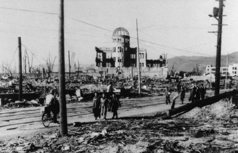 戦争と平和 原爆ドームを右後ろに歩く人々