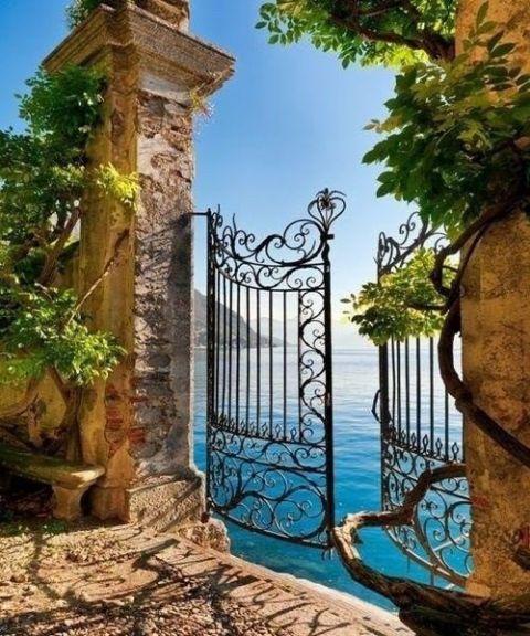 イタリア海が見える鉄の扉20150515