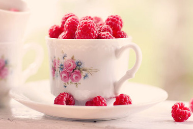 花柄?のティーカップに溢れる木苺