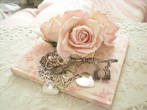 ごわごわした薄ピンクバラと鍵