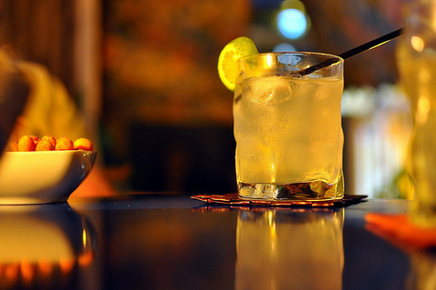 ムードのある背景のテーブルの上のジンライムみたいな飲み物