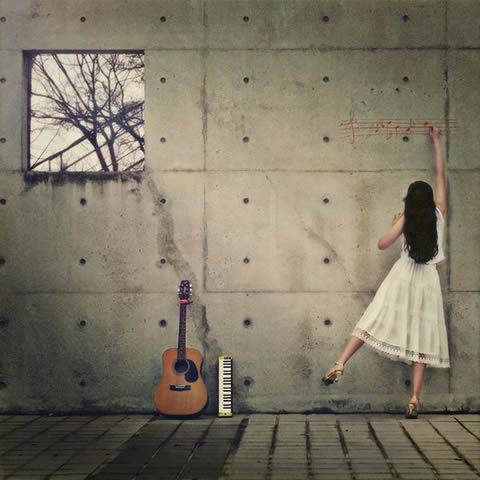 白い服の娘が壁に譜を書く左ギター