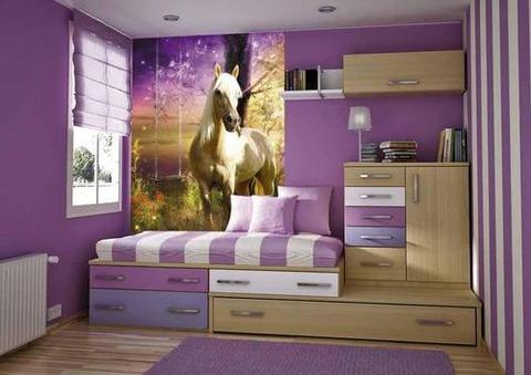 パープルの部屋に白い馬
