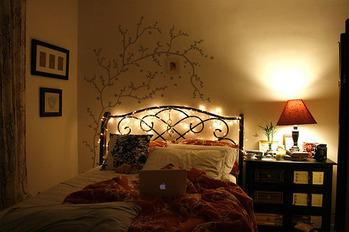 ベッドルームブラウン系灯り