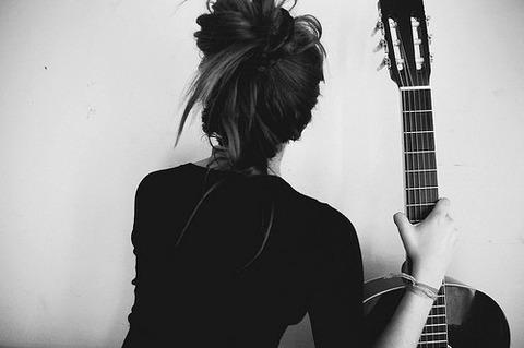 ギター右手黒服女性後ろ姿20140620