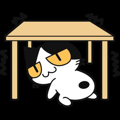 地震で机の下に隠れる猫