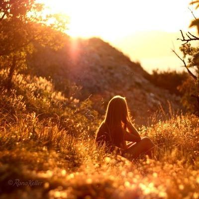枯葉夕暮れの山中に腰かける女性