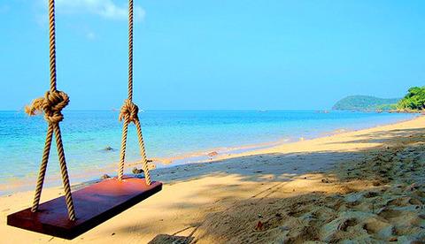 海・砂浜にブランコ20140730