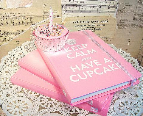 ピンクに白文字の大き目なノート本3冊とバックに何気那音符の紙