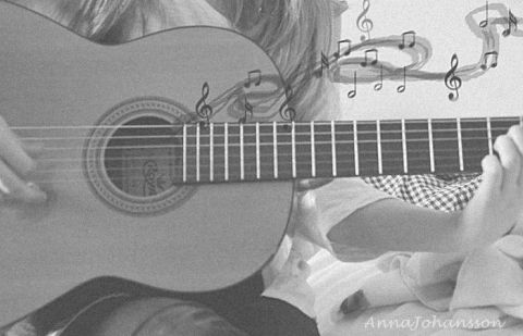 ギター弾くモノクロ