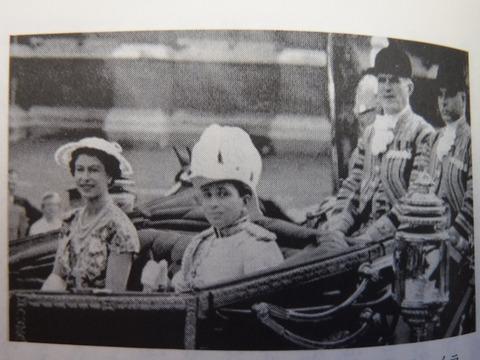 訪英しエリザベス女王に同行するファイサル二世