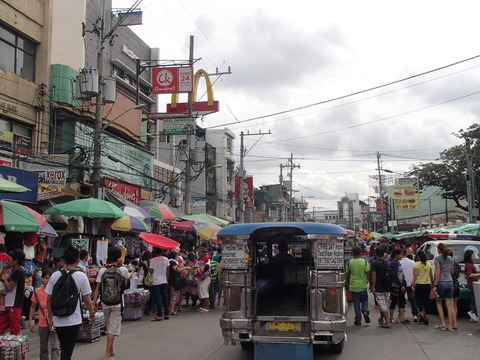 低所得層の人たちのための市場と教会―フィリピン・マニラ/バクララン市場