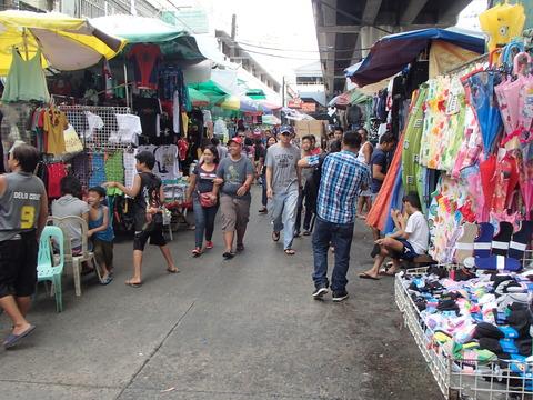 スーパーマーケットと隣接する低所得層の市場―フィリピン・マニラ/バクララン市場