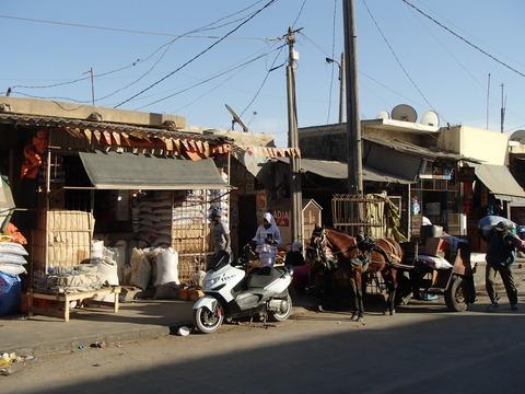 露店と行き交う人の往来で活況を呈した砂州―セネガル・サンルイ