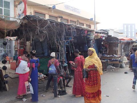 ムリッド教団の聖地にある市場とバオバブの木―セネガル・トゥーバ