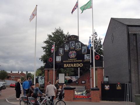 かつての爆弾テロ多発都市の現在―北アイルランド・西ベルファスト/プロテスタント地区・シャンキル通りの追悼行進