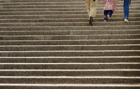階段を楽に上るコツは、筋力に頼らず骨を活かす