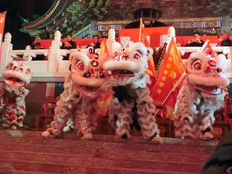 横浜媽祖廟(まそびょう)のカウントダウン 獅子舞と爆竹で盛り上がれ!!