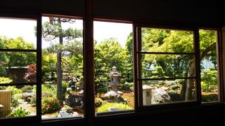 池の茶屋から見た中庭