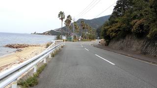 妙見崎が見える海岸沿い②