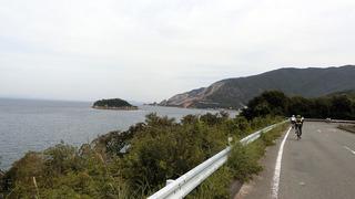 妙見崎が見える海岸沿い①