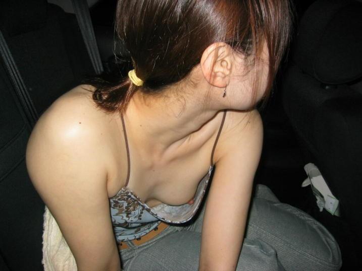 隙間から偶然見えてしまった胸チラ乳首チラ。YouTube動画>2本 ->画像>656枚