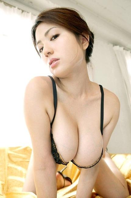 はみ乳巨乳おっぱいのエロ画像 (9)