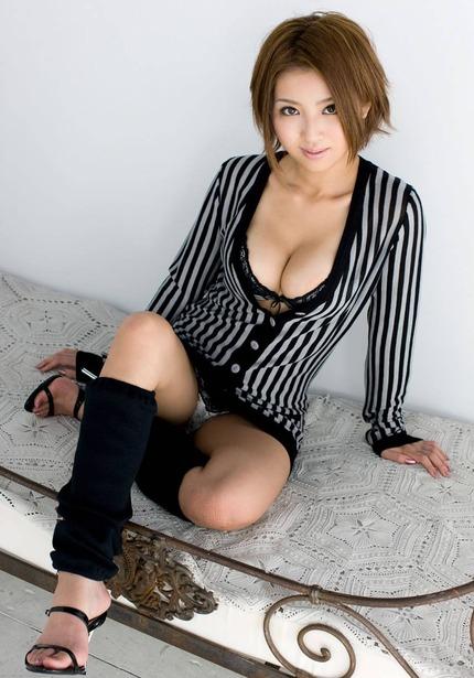 着衣谷間 エロ画像 (21)