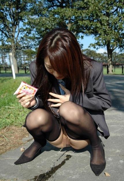 放尿 OL エロ画像 (14)