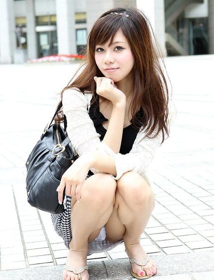 座りパンチラ エロ画像 (3)