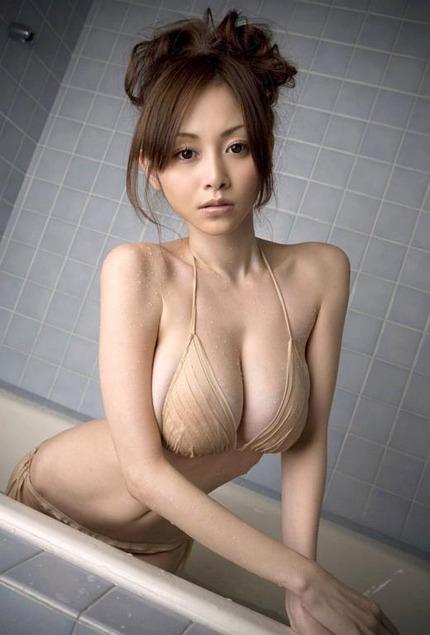 はみ乳巨乳おっぱいのエロ画像 (16)