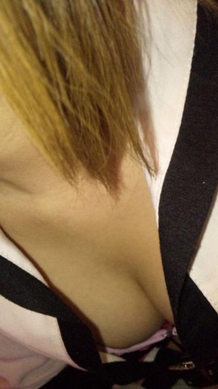 胸チラ エロ画像 (4)