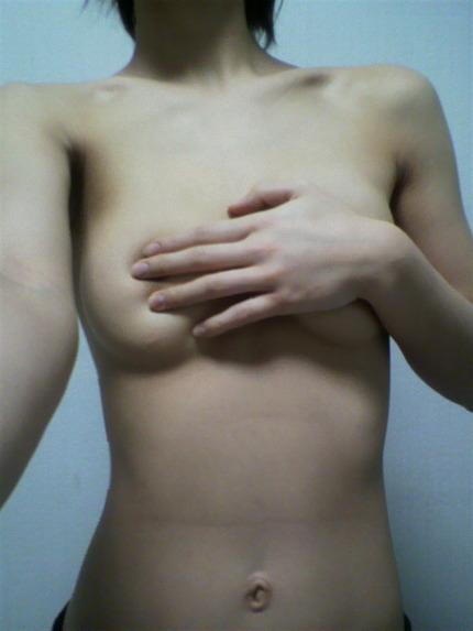 手ブラでおっぱい隠してる エロ画像 (20)