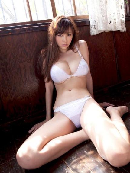 着衣巨乳おっぱい エロ画像 (10)