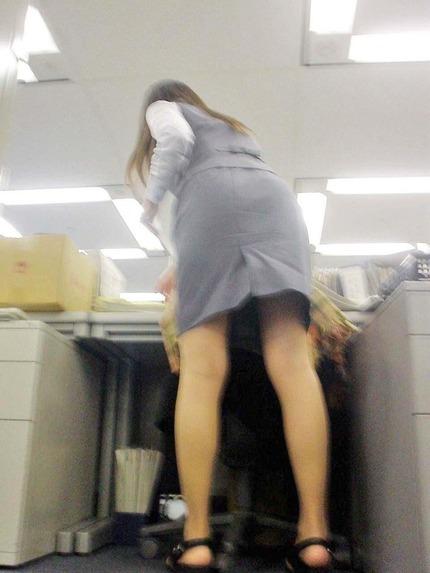 タイトスカートの 尻 エロ画像 (9)