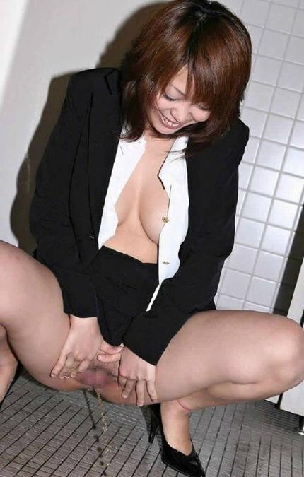 放尿 OL エロ画像 (21)