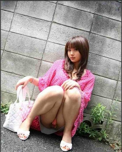 座りパンチラ エロ画像 (12)