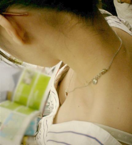胸チラ エロ画像 (14)