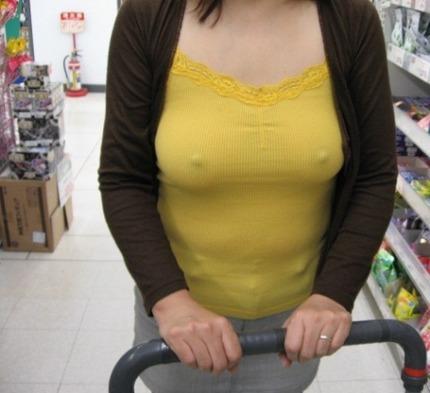 ノーブラ乳首 エロ画像 (12)