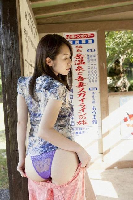 パンツ見せてるお姉さん エロ画像 (15)