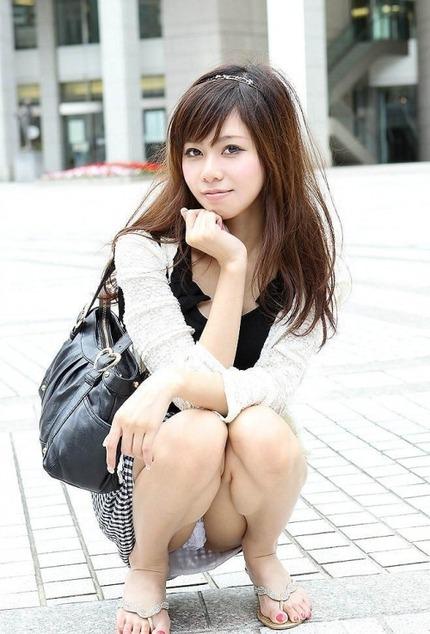 座りパンチラ エロ画像 (16)