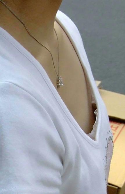 胸チラ エロ画像 (7)
