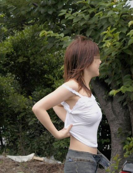 ノーブラ乳首 エロ画像 (10)