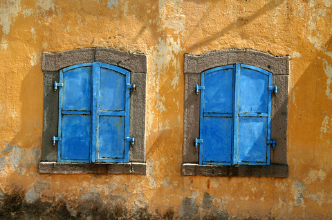 old-windows-urban-decay-1226744-639x424
