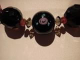 漆黒の玉にバラがあるアンティークビーズ