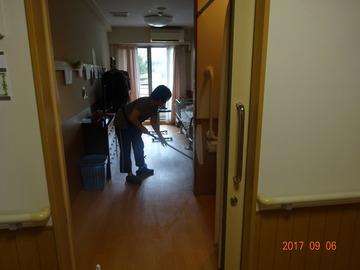 ヘルパーさん居室掃除中