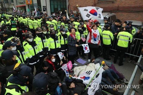 【韓国】「国が滅びた」朴氏の支持者が自宅前に集結、路上に寝転ぶなどして抗議