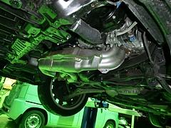 エンジンアンダーカバーを取り外したレガシィ