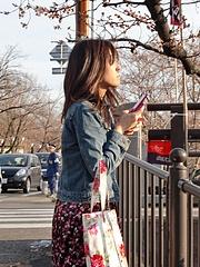 桜を撮影する彼女さん